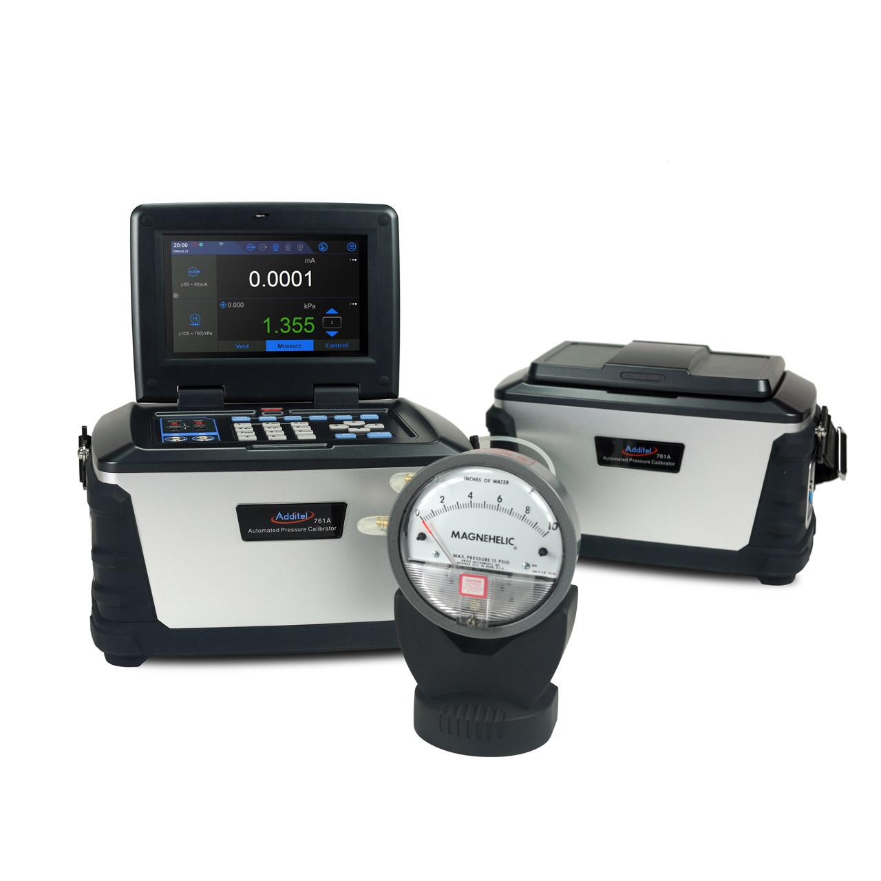 Kalibrátor tlaku Additel 761A s pripojeným diferenčným tlakomerom